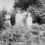 Крайняя справа – Лидия Владимировна Елховская, крайняя слева – ее мать,  Варвара Александровна Елховская (  Грошева), воспитаница Никольского монастыря
